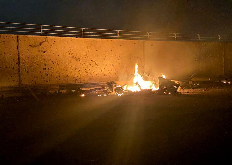 Een door de Iraakse strijdkrachten verspreide foto van een brandend autowrak na de Amerikaanse raketaanval waarbij generaal Qassem Soleimani omkwam. Beeld AFP