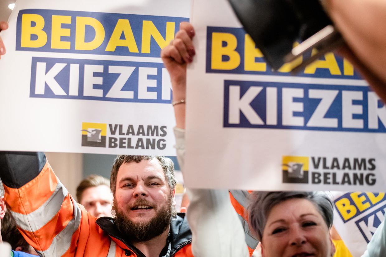 Supporters van het Vlaams Belang tonen hun blijdschap na de winst die hun partij behaalde bij de verkiezingen.   Beeld BELGA