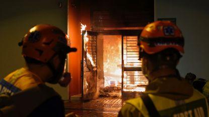 China wil zieken onderbrengen in leeg flatgebouw in Hongkong, betogers steken gebouw in brand