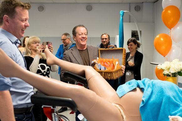 Peter Walter Grootaers heeft doopsuiker mee voor baby Emma-Charlotte en robotmama Victoria.