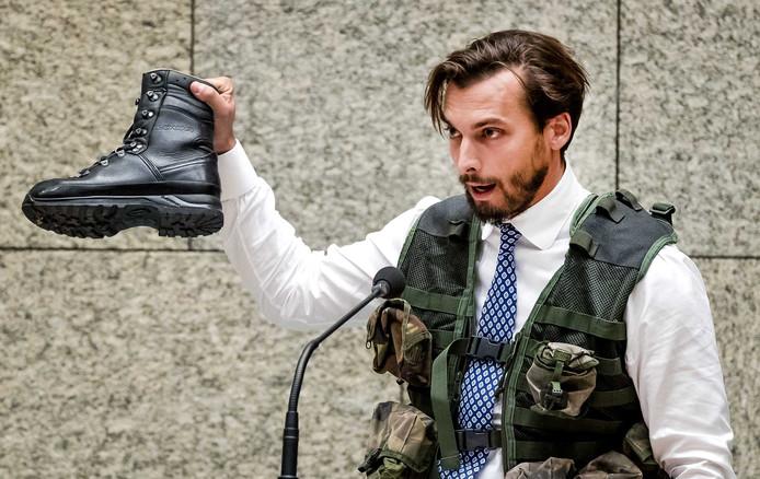 Thierry Baudet (FvD)in legerpak tijdens het debat over het fatale ongeluk met Nederlandse militairen in Mali