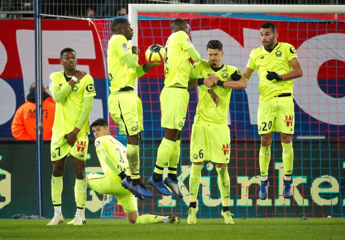 Een muurtje met spelers van Lille.