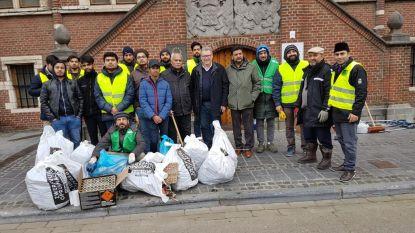 """Vrijwilligers van moslimgemeenschap maken straten vuurwerkvrij: """"Een mooie geste die we waarderen"""""""
