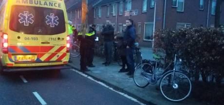 Man in Zwolle van fiets gereden en mishandeld
