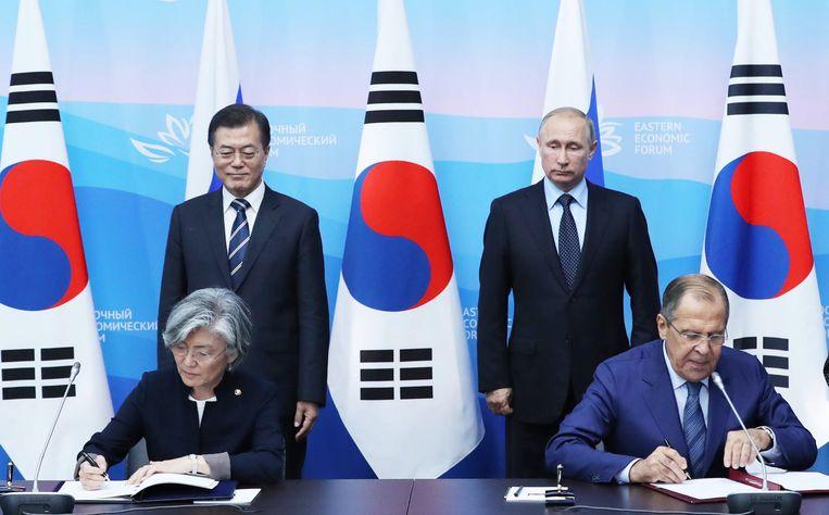 De Zuid-Koreaanse minister van buitenlandse zaken Kang Kyung-wha en haar Russische evenknie Sergei Lavrov tijdens een Zuid-Koreaans bezoek aan Rusland deze maand.  Beeld EPA