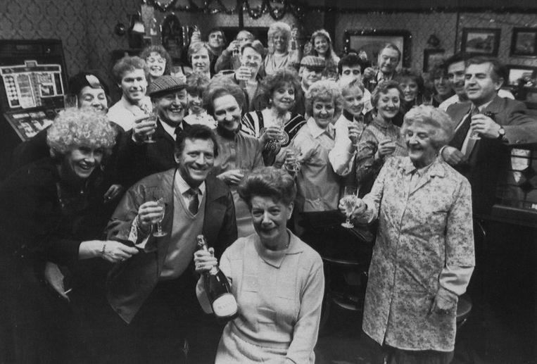 Jean Alexander (vooraan) met haar Coronation Street-collega's bij de opnames van haar laatste aflevering. Beeld null