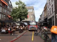 Brand op dak van woning in centrum Den Bosch, brandweervoertuigen tussen terrassen vol publiek