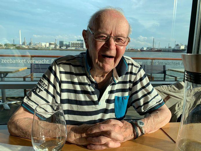 Bram van Dorp werd 96 jaar. Hij had veel geluk in zijn leven. 'Als Bram van een kerktoren valt, komt er een hooiwagen voorbijrijden', zeiden mensen weleens gekscherend.
