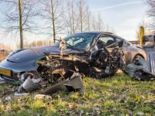 Porsche knalt op boom in Vinkeveen, bestuurder gewond