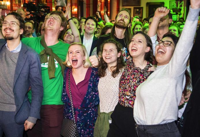 Publiek van GroenLinks kijkt naar de exitpolls tijdens de uitslagenavond van de Provinciale Staten- en Waterschapsverkiezingen.