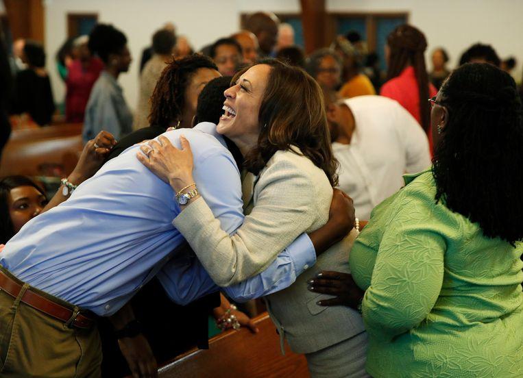 Kamala Harris heeft een ontmoeting met volgers, vlak voor een kerkdienst in Des Moines, Iowa. Harris is door de Democratische presidentskandidaat Joe Biden aangewezen als zijn running mate. Beeld AP