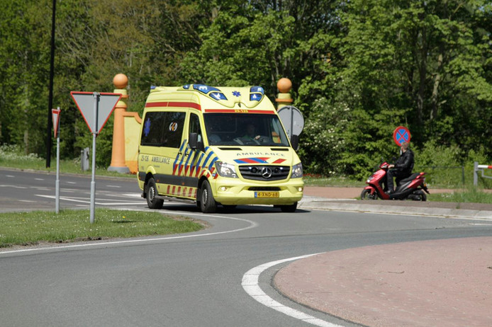 De ambulance rijdt met het slachtoffer weg bij pretpark Walibi bij Biddinghuizen richting het ziekenhuis.