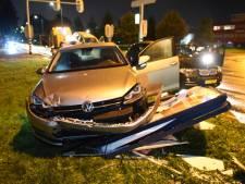 Auto rijdt reclamebord uit grond bij ongeval bij Lage Weide in Utrecht