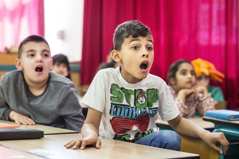 Groep 5 van de Amsterdamse basisschool De Kaap hoort een spannend verhaal. Beeld Guus Dubbelman / de Volkskrant