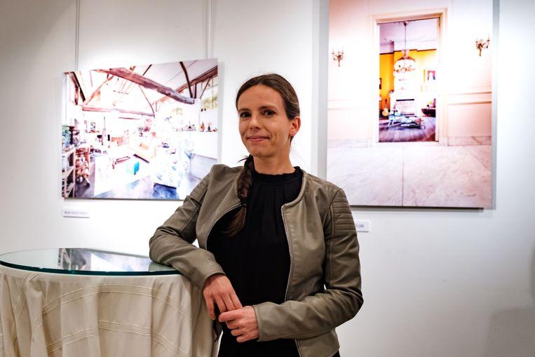 Fotografe Evy Raes op de tentoonstelling 'Binnen kijken'.