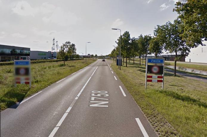 De Nieuwleusenerdijk bij Zwolle is vier maanden afgesloten.