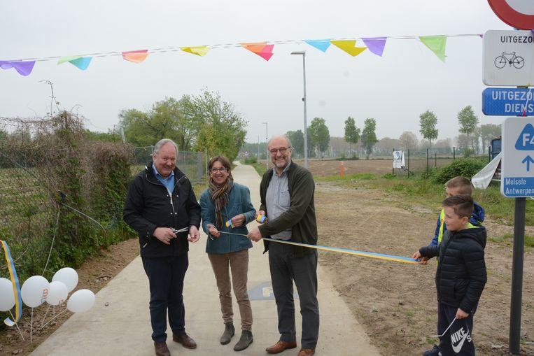 Burgemeester Marc Van de Vijver mocht samen met schepen Raf Van Roeyen en gedeputeerde Riet Gillis het lintje knippen van de laatste drie kilometer van de fiets-o-strade op Bevers grondgebied.