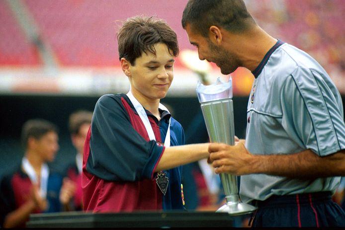 Andres Iniesta krijgt als jeugdspeler van FC Barcelona de complimenten van Josep Guardiola, na het winnen van de Nike Cup in 1999.
