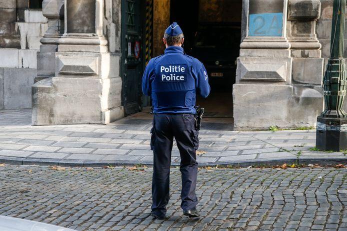 Een agent bij het Paleis van Justitie in Brussel.