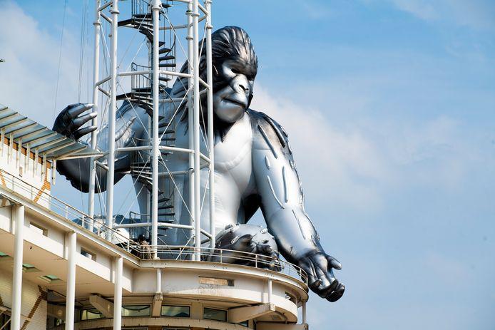 'King Kong' op het dak van het stadhuis in Apeldoorn.