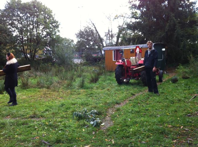 Vandaag werd de laatste woonwagen opgehaald bij het 'kamp' van de Stadsnomaden in Brakkenstein. Het terrein wordt volgens afspraak schoon opgeleverd.