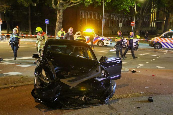 De auto is flink beschadigd.