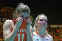 Anne Buijs en Kirsten Knip treuren.