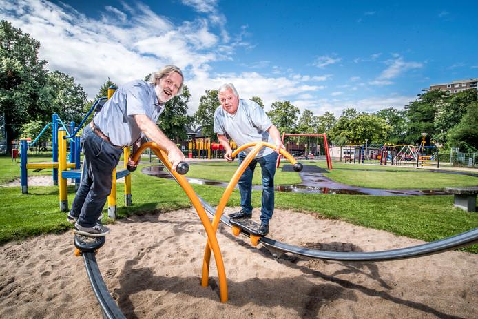 Gerrit Dijkhuizen en Ben van Dijk rechts in de speeltuin op Mekkelholt.