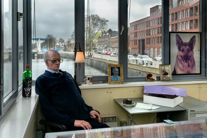 Brugwachter Teus in zijn nieuwe huisje in Den Bosch.