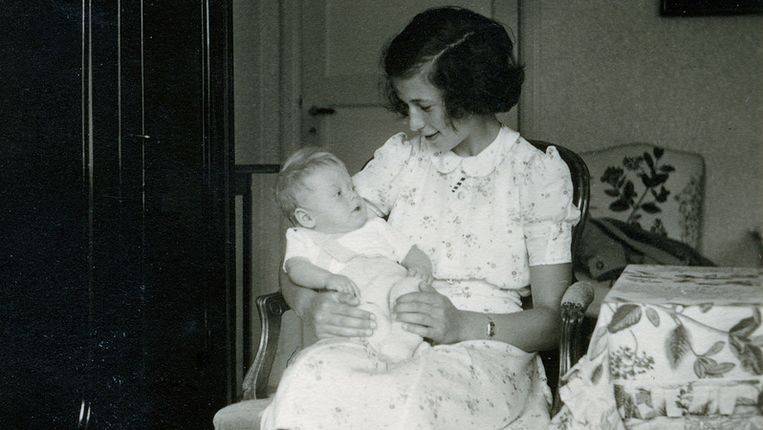 Op de foto mogelijk Anne Frank met baby Anneke Kohnke. Beeld Anneke Thompson Kohnke