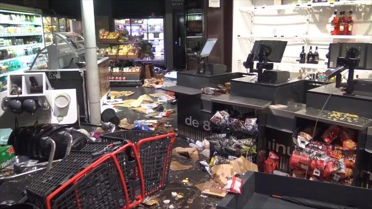 Beelden tonen welke ravage vandalen hebben veroorzaakt in winkels tijdens 'gele hesjes'- protesten in Parijs