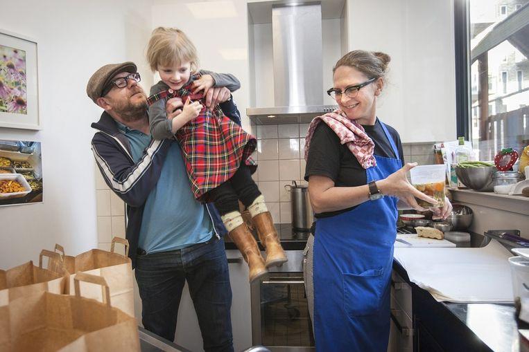 Marieke met Alex en hun dochter Kaat. Vandaag kookt ze voor 22 mensen. Beeld Marc Driessen