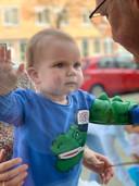 De eerste verjaardag van Teddey achter het glas bij opa en oma aan de Beukelsweg.