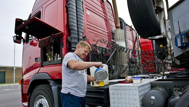 Poolse vrachtwagenchauffeur zet koffie op een parkeerplaats Beeld ANP, Ed Oudenaarden