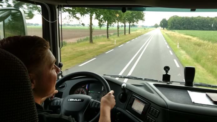 Tim van Lierop in de vrachtwagen.