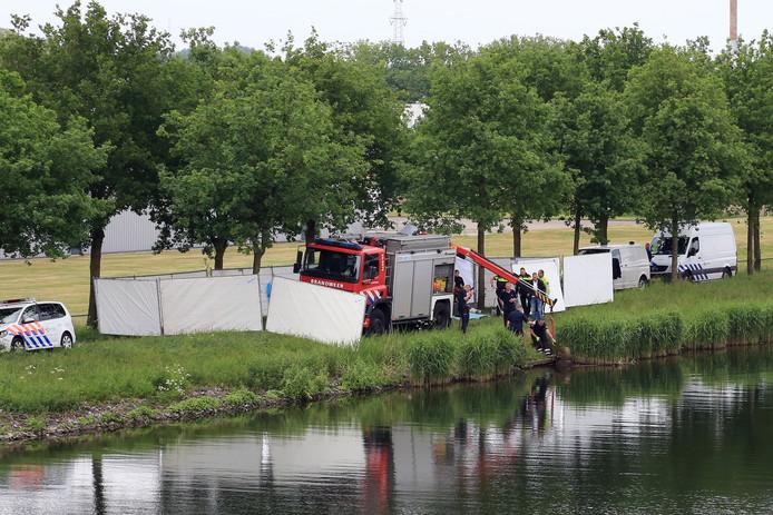 Politie en brandweer halen op 19 mei 2016 het lichaam van Bart Hillen uit het kanaal bij Helmond. Een week later werd zijn zoon opgepakt en uiteindelijk veroordeeld tot twintig jaar cel.