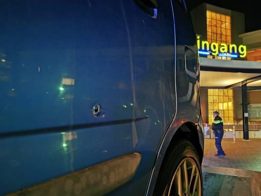 De blauwe auto met kogelgaten, die woensdag ook gezien is bij de vechtpartij in Doetinchem.