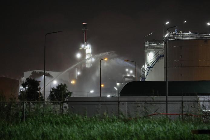 De brandweer zette waterschermen in tegen een zoutzuurlek in een opslagtank aan de Merseyweg in de Rotterdamse haven.