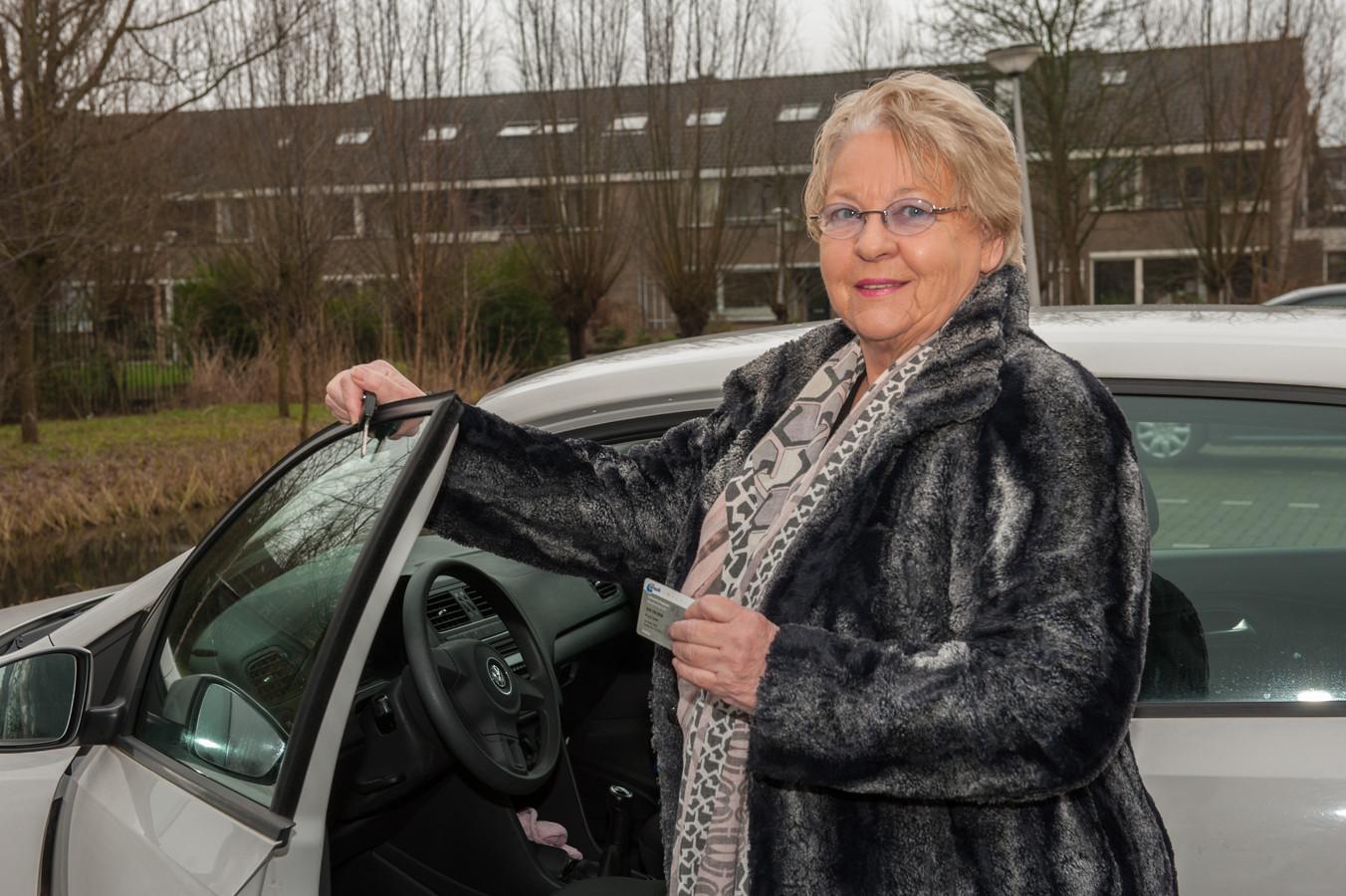 Mevrouw Wil van der Laan is 78 jaar en al 51 jaar lid van de ANWB, maar toen zij deze week langs de drukke A20 met een lekke band stond, kwam de ANWB haar niet helpen, omdat een lekke band verzekeringswerk zou zijn.