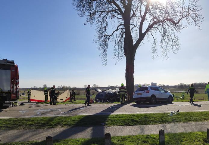 Bij een ernstig verkeersongeval op de N271 in Well zijn drie inzittenden van een auto om het leven gekomen.
