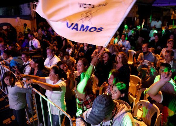 Aanhangers van Giammattei zwaaien met de partijvlag bij het hoofdkantoor van de partij in Guatemala-stad.