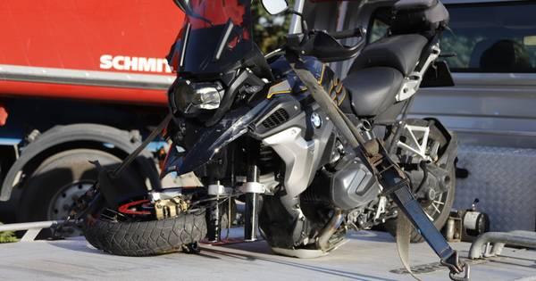Motorrijder naar het ziekenhuis na frontale botsing met vrachtwagen.