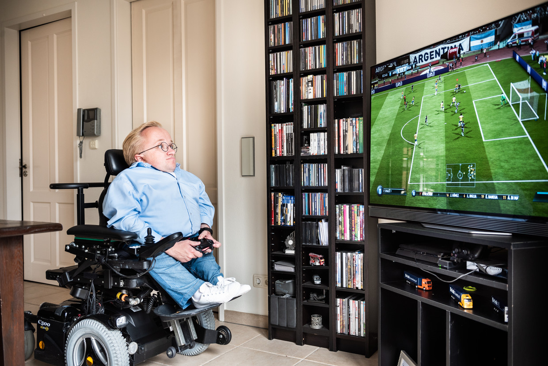 Rick Brink, 'minister van gehandicaptenzaken' speelt Fifa op zijn Playstation 4. Beeld Simon Lenskens