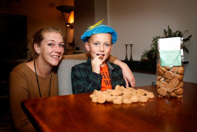 Jamy (R) kan nu ook van pepernoten genieten want er zijn ook glutenvrije pepernoten die de Piet dit jaar strooit .