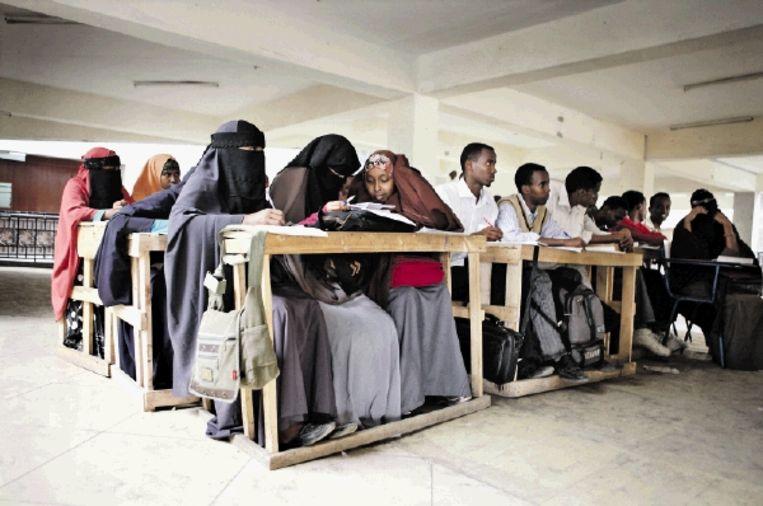 Het Compit Education Centre, een privéschool in de Keniaanse wijk Eastleigh voor gevluchte Somalische kinderen en volwassenen. Kosten: vijf euro per maand. (FOTO JAN-JOSEPH STOK) Beeld