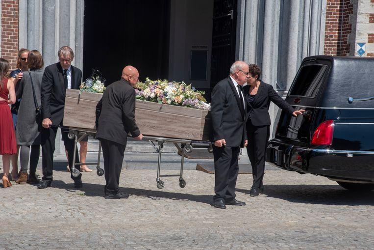 Na de uitvaart van Michiel Remory en een eindeloze begroeting van rouwenden aan de familie, werd de sobere kist buiten gedragen.