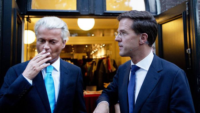 Mark Rutte en Geert Wilders zijn tijdens de pauze van het verkiezingsdebat met elkaar in gesprek.