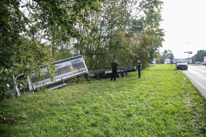 Op de Schoenaker (N847) in Wijchen is dinsdag begin van de middag een kleine vrachtwagen van de weg geraakt.