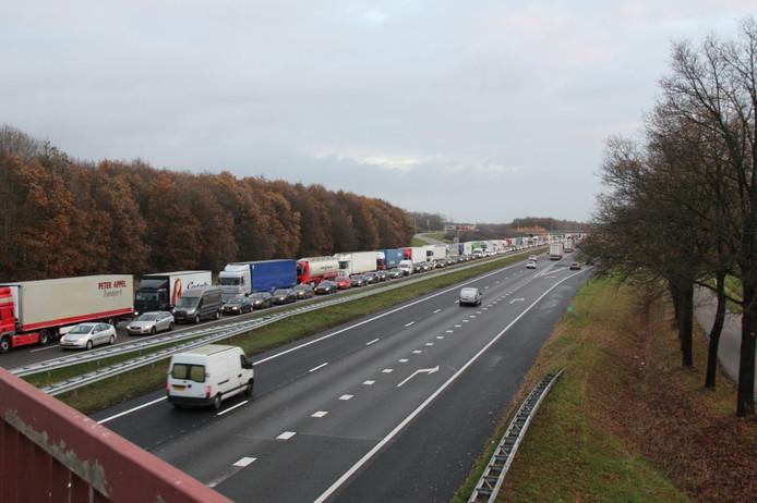 Lange file op de A1 tussen Markelo en Twello.
