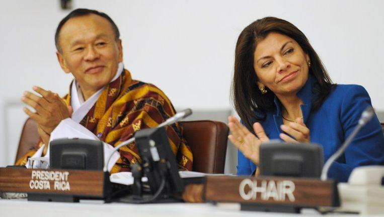 Lyonchoen Jigme Y. Thinley (L), de minister-president van Bhutan, en Laura Chinchilla, de president van Costa Rica tijdens de VN-conferentie. Beeld afp